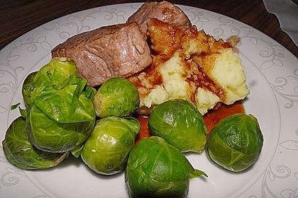 Schweinefilet auf Süßkartoffelpüree mit Lebkuchenjus und Rosenkohl 13
