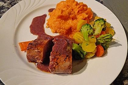 Schweinefilet auf Süßkartoffelpüree mit Lebkuchenjus und Rosenkohl 22