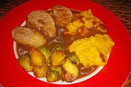 Schweinefilet auf Süßkartoffelpüree mit Lebkuchenjus und Rosenkohl 58