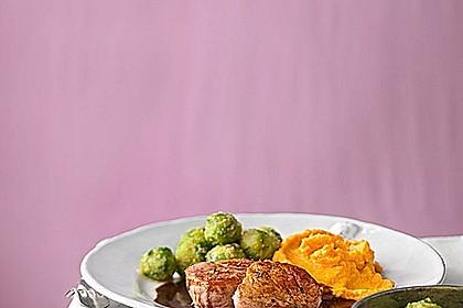 Schweinefilet auf Süßkartoffelpüree mit Lebkuchenjus und Rosenkohl 4