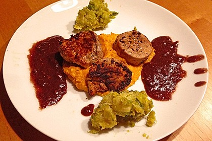 Schweinefilet auf Süßkartoffelpüree mit Lebkuchenjus und Rosenkohl 33