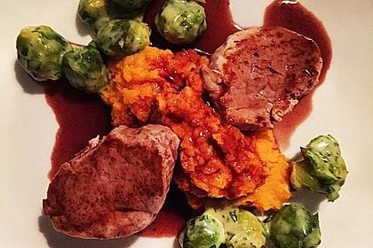 Schweinefilet auf Süßkartoffelpüree mit Lebkuchenjus und Rosenkohl 52