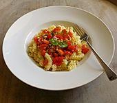 Nudeln mit Sauce aus frischen Tomaten, Knoblauch und Basilikum (Bild)