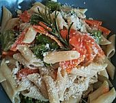 Pasta mit grünem Spargel und Karottenstreifen