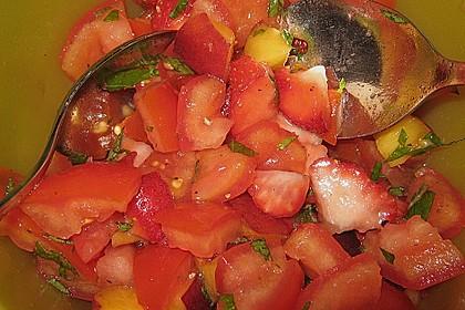 Sommerlicher Salat aus Tomaten, Nektarine und Erdbeeren 2