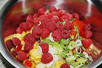 Sommerlicher Salat aus Tomaten, Nektarine und Erdbeeren 3