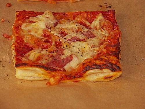 blitzschnelle bl tterteig pizza rezept mit bild. Black Bedroom Furniture Sets. Home Design Ideas