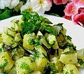 Sahnekartoffeln im Gartengrün (Bild)