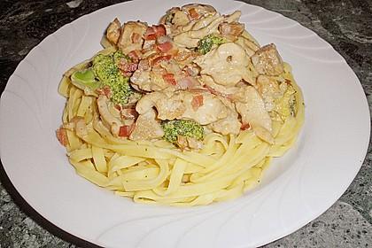 Tagliatelle con pollo, broccoli e funghi porcini à la Marquise