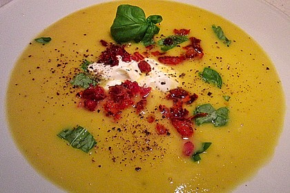 Suppe von gelber Zucchini mit Basilikum 1