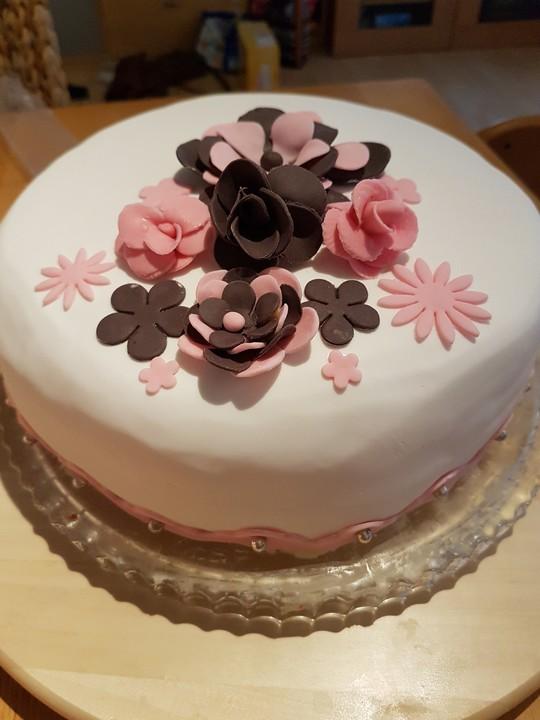 festliche torte mit vanillecreme und erdbeermousse rezept mit bild. Black Bedroom Furniture Sets. Home Design Ideas