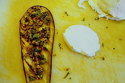 Auberginenröllchen mit Mozzarella und Tomatensauce 6