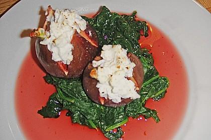 Portweinfeigen mit Ziegenfrischkäse auf Spinat