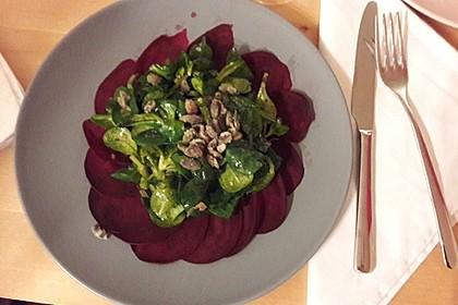 Carpaccio von Roter Bete mit Feldsalat, Birnen und Kürbiskernkrokant 9