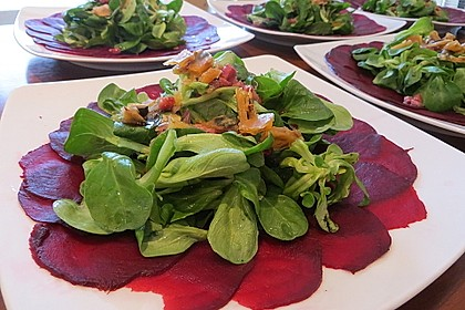Carpaccio von Roter Bete mit Feldsalat, Birnen und Kürbiskernkrokant 2