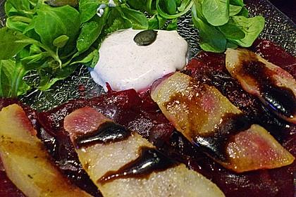 Carpaccio von Roter Bete mit Feldsalat, Birnen und Kürbiskernkrokant 34