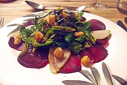 Carpaccio von Roter Bete mit Feldsalat, Birnen und Kürbiskernkrokant 24