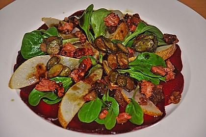 Carpaccio von Roter Bete mit Feldsalat, Birnen und Kürbiskernkrokant 30