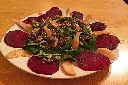 Carpaccio von Roter Bete mit Feldsalat, Birnen und Kürbiskernkrokant 32