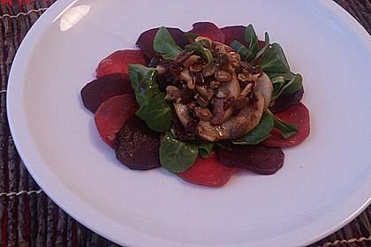Carpaccio von Roter Bete mit Feldsalat, Birnen und Kürbiskernkrokant 12