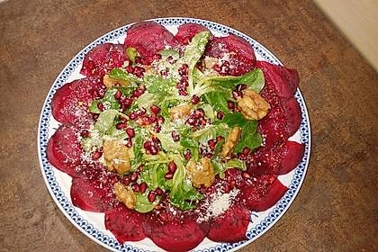 Carpaccio von Roter Bete mit Feldsalat, Birnen und Kürbiskernkrokant 4
