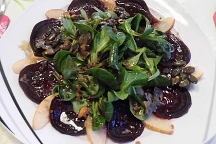 Carpaccio von Roter Bete mit Feldsalat, Birnen und Kürbiskernkrokant 25
