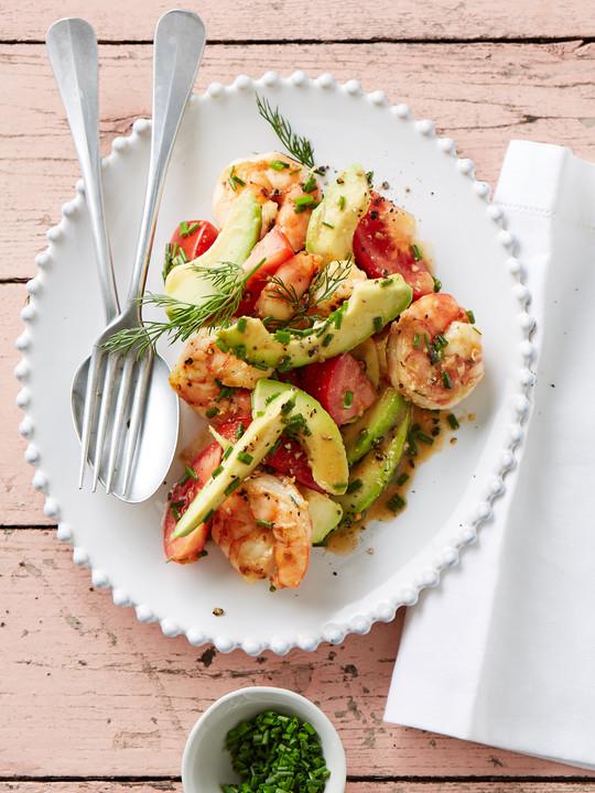 Tomaten - Avocado - Salat mit gebratenen Garnelen