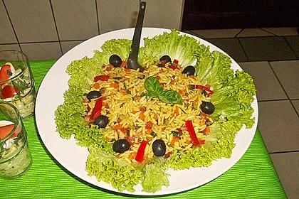 Mediterraner Nudelsalal mit Zucchini, getrockneten Tomaten und Zitrone