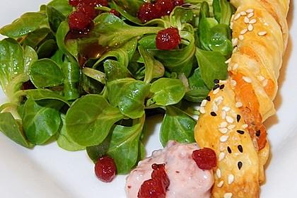 Sesamstangen mit Lachs und Meerrettich - Preiselbeer - Dip