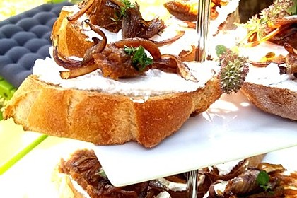 Crostini mit Ziegenfrischkäse, Zwiebeln und Feigenkonfitüre 1