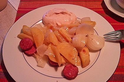 Ofenkartoffeln mit Zwiebeln, Chorizo und Sauerrahm - Paprika - Dip 24