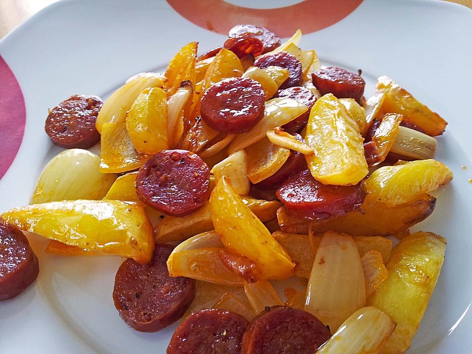 Ofenkartoffeln mit Zwiebeln  Chorizo und Sauerrahm   Paprika   Dip