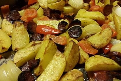 Ofenkartoffeln mit Zwiebeln, Chorizo und Sauerrahm - Paprika - Dip 10