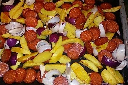 Ofenkartoffeln mit Zwiebeln, Chorizo und Sauerrahm - Paprika - Dip 1