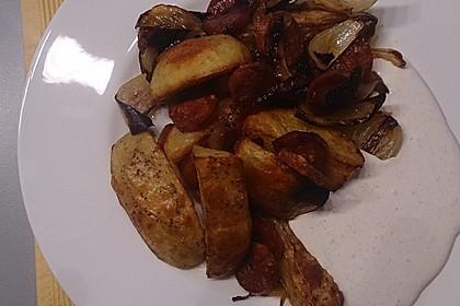 Ofenkartoffeln mit Zwiebeln, Chorizo und Sauerrahm - Paprika - Dip 19