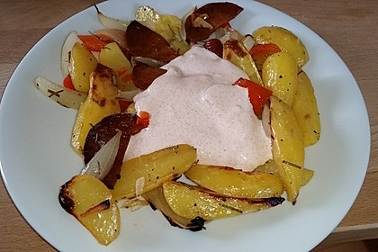 Ofenkartoffeln mit Zwiebeln, Chorizo und Sauerrahm - Paprika - Dip 18