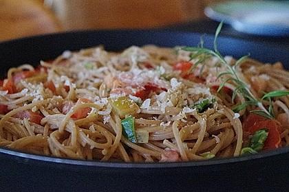 Spaghetti in cremiger Paprika - Tomaten - Frühlingszwiebel - Sauce 17