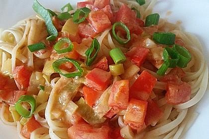 Spaghetti in cremiger Paprika - Tomaten - Frühlingszwiebel - Sauce 3