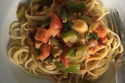Spaghetti in cremiger Paprika - Tomaten - Frühlingszwiebel - Sauce 15