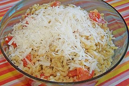 Nudelsalat mit Tomaten, Knoblauch, Basilikum und frischem Parmesan
