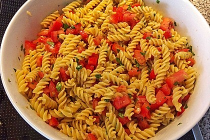 Nudelsalat mit Tomaten, Knoblauch, Basilikum und frischem Parmesan 0