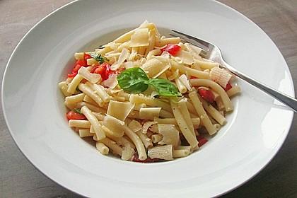 Nudelsalat mit Tomaten, Knoblauch, Basilikum und frischem Parmesan 3