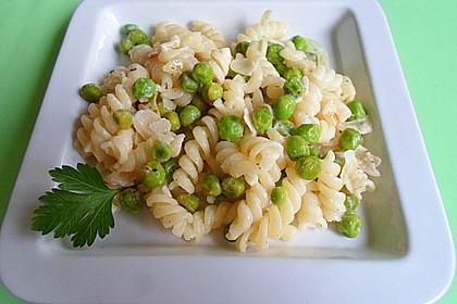 Spirelli mit Erbsen, Mandelblättchen und Ziegenfrischkäse (Bild)