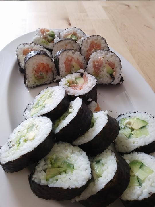 futomaki sushi mit ger uchertem lachs und frischk se von macneef. Black Bedroom Furniture Sets. Home Design Ideas