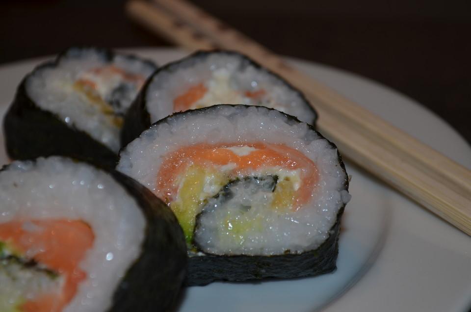 futomaki sushi mit ger uchertem lachs und frischk se rezept mit bild. Black Bedroom Furniture Sets. Home Design Ideas