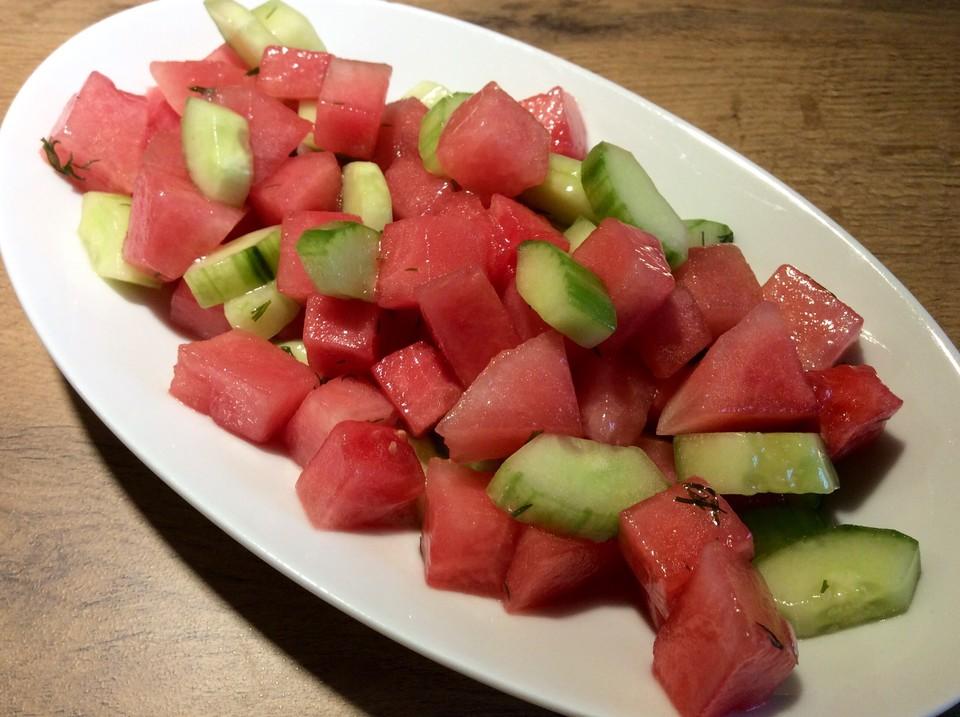 Salat mit wassermelone und gurke