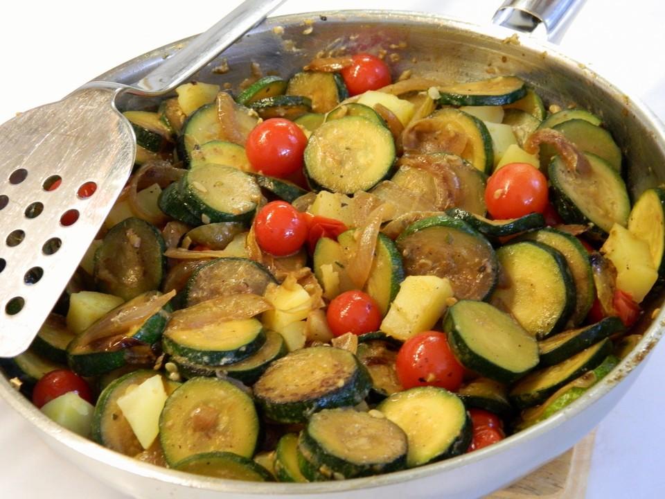 zucchini gem se mit kartoffeln und tomaten rezept mit bild. Black Bedroom Furniture Sets. Home Design Ideas
