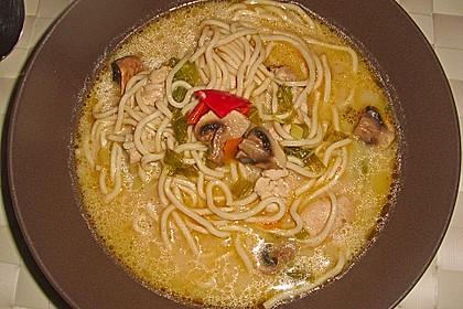 Asiatische Nudelsuppe mit Huhn und Gemüse