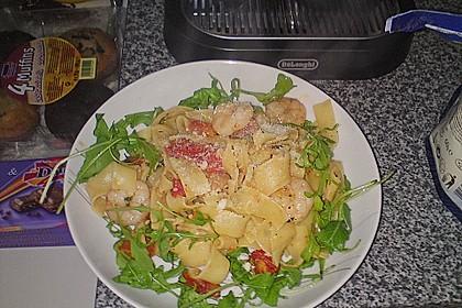 Bandnudeln Aglio e Olio mit Cocktailtomaten und Shrimps auf einem Bett aus Rucola 4