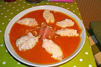 Pikante Kürbis - Kartoffelsuppe mit Räucherlachs und Shrimps